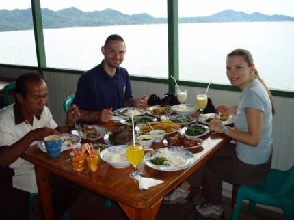 Oběd na jezeře Tondano
