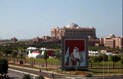 Emirates Palace (z našeho hotelu)